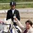 EHS tegevdirektor Krista Sepp annab võitjatele üle karika
